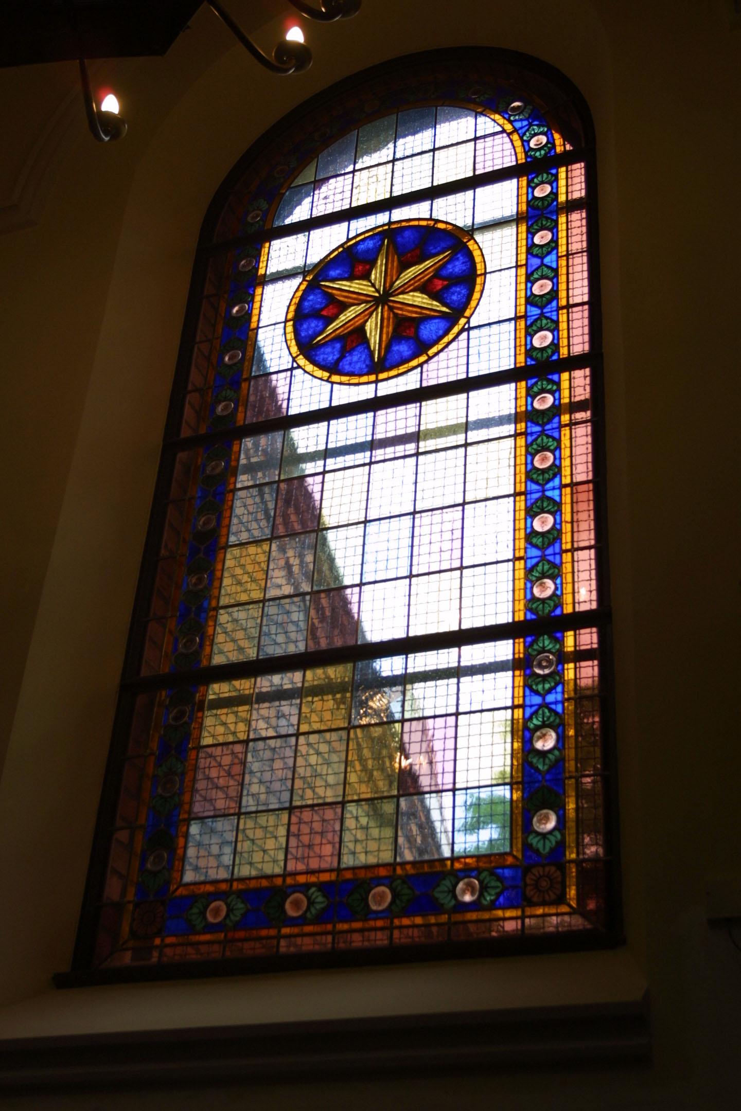 Kirchenfenster der St. Marien am Behnitz, Bleiverglasung und Glasmalerei individuell gefertigt Motiv Stern