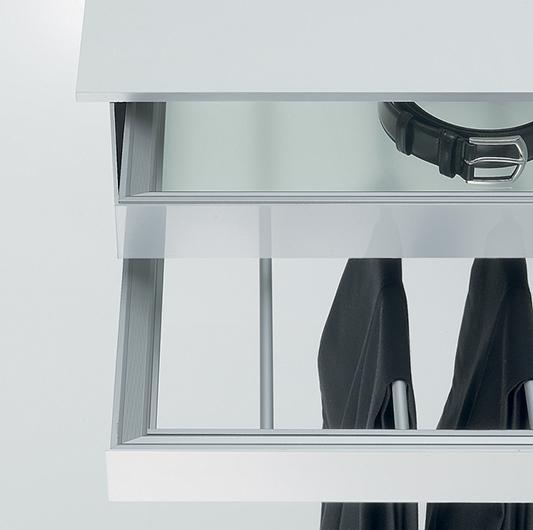 Abacus Ankleidesysteme von Rimadesio - helle Ausführung mit Schubladenelement für Gürtel und Hosen.