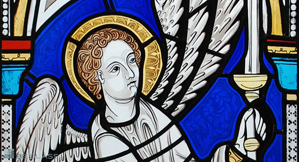 Detailansicht gotischer Engel, hochwertige Glasmalerei auf Echtantikglas