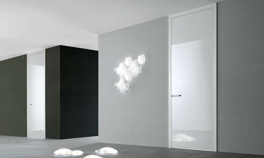 Link+ Glastür von Rimadesio mit magnetischem Schloss, geräuscharm schließend. Exklusive lackierte Glastür.