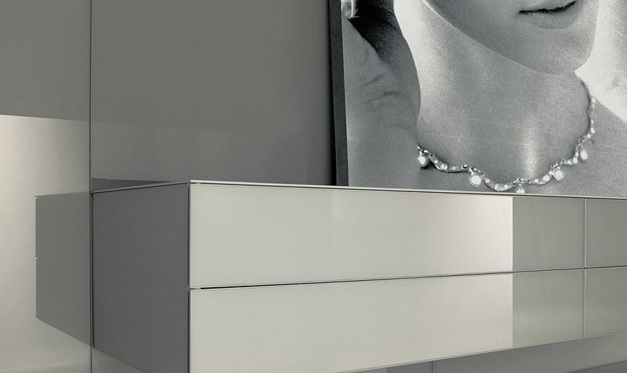 Abacus Ankleidesysteme von Rimadesio - helle Ausführung mit Schubladenelementen. Abacus Schranksysteme werden individuell geplant und gefertigt.