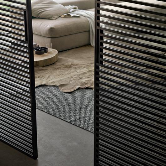 Stripe Glasschiebetüren-System von Rimadesio mit horizontalen Aluminiumsprossen auf beiden Seiten der Türpaneele als Raumteiler, Detailansicht mit Griff