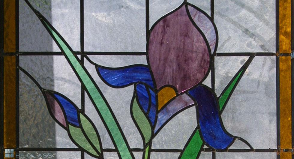 Detailansicht Bleiverglasung Schwertlilie, handgefertigt, aus Echt-Tischkathedralglas und Colorescentglas.