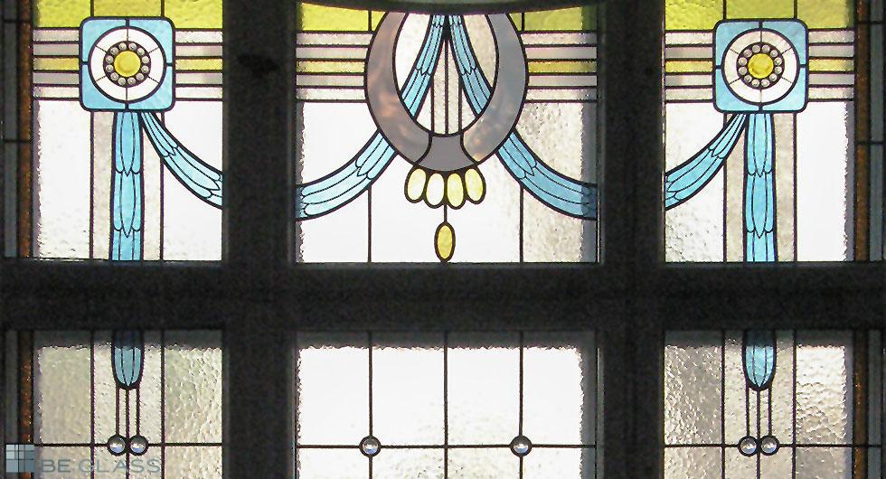 Bleiverglasung im Gründerzeitstil als Fensterverglasung, handgefertigtes farbiges Glas mit Bleiprofilen