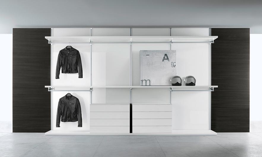 Begehbarer Schrank - Ankleidesystem Dress Bold von Rimadesio. Einrichtungsbeispiel: Regalböden, Kleiderstangen und Schubladen