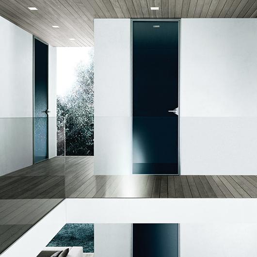 Ghost Design-Glastür von Rimadesio. Innentür aus einer einzigen Glasscheibe mit feinster Aluminiumstruktur.