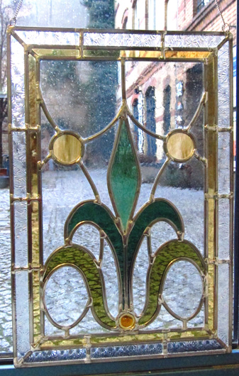 Bleiverglasung Art Floral als Fensterbild aus Echtantikglas, Coloreszentglas, Ornamentglas und Glasprismen.