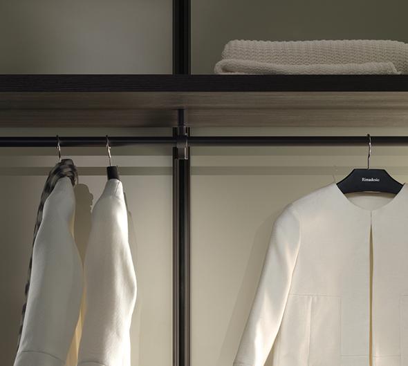 Ankleidesystem Dress Bold von Rimadesio - Begehbarer Schrank: Regalböden und Kleiderstangen