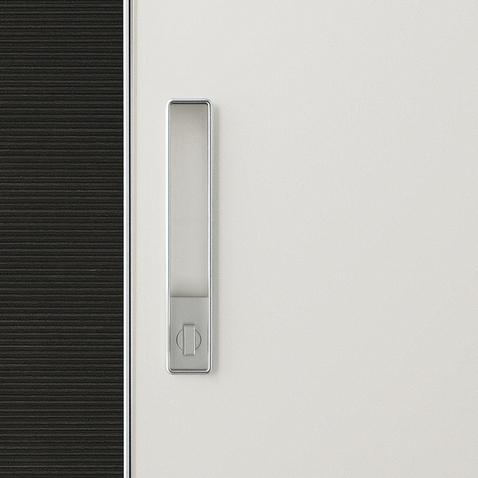 Graphis plus Glasschiebetür-System von Rimadesio aus weiß lackiertem Glas und Aluminium Profilen als Raumteiler, Detailansicht Griff mit Schloss
