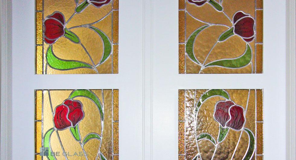 Detailansicht der Bleiverglasung Floris als Innentürverglasung teilweise mit Glasmalerei veredelt. Nach historischem Vorbild.
