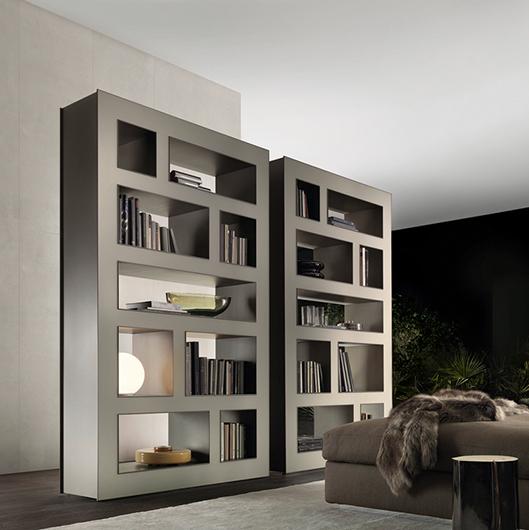 Exklusives Regal Stele von Rimadesio aus lackiertem Glas. Platzieren Sie das frei stehende Designer Regal als exklusiven Raumteiler oder an der Wand.