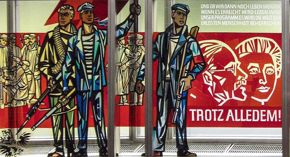Restaurierung eines Glasfensters nach dem Entwurf von Walter Womacka im ehemaligen Staatsratsgebäude in Berlin, Detailansicht mit drei Bewaffneten, Karl Liebknecht und Rosa Luxemburg