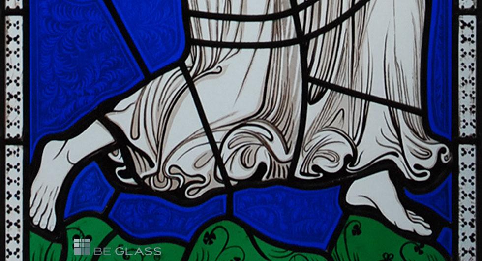 Detailansicht Gewand und Füße eines gotischen Engels, hochwertige Glasmalerei auf Echtantikglas