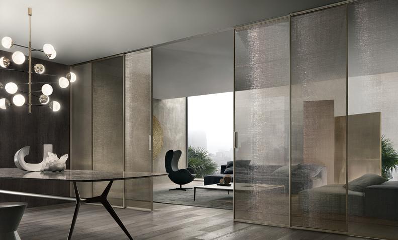 Velaria Glasschiebetüren von Rimadesio. Maßangefertigte Türpaneele mit Aluminium Profilen als Raumteiler.