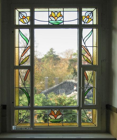 Treppenhausfenster Seerosen, Bleiverglasung aus Echt-Tischkathedralglas und Ornamentgläsern nach historischem Vorbild.