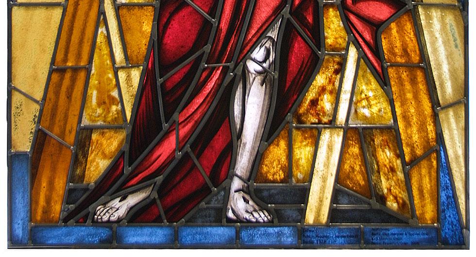 Detailansicht des expressionistischen Kirchenfensters - Auferstehungsfenster. Glasmalerei und Bleiverglasung - Gewand und Füße.