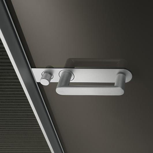 Aura - lackierte Glastür von Rimadesio mit patentiertem Magnet-Verschluss und Schloss im Griff integriert.
