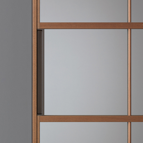 SOHO-Glas-Schiebewand von Rimadesio mit walnussfurnierter Aluminiumstruktur und reflektierendem Klarglas