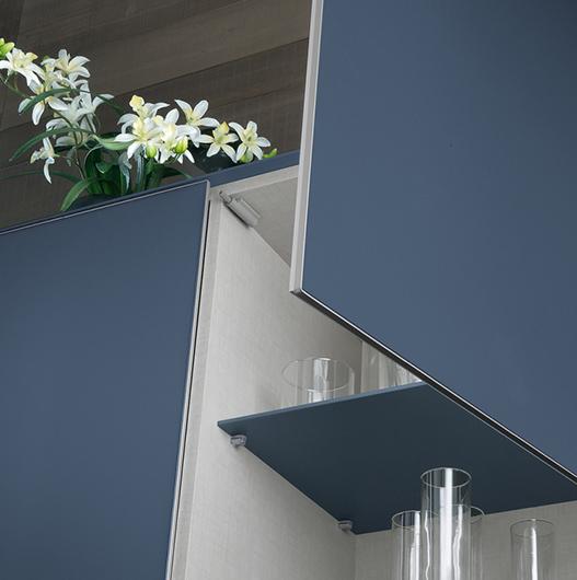 Designer Sideboard Eileen von Rimadesio komplett aus lackiertem Glas und gebürstetem Nickel-Rahmen.