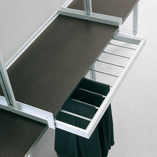 Zenit Kleiderschränke, Ankleidesysteme von Rimadesio. Begehbaren Ankleiden und Schranksysteme. Hier Hosenaufhängung ausziehbar.