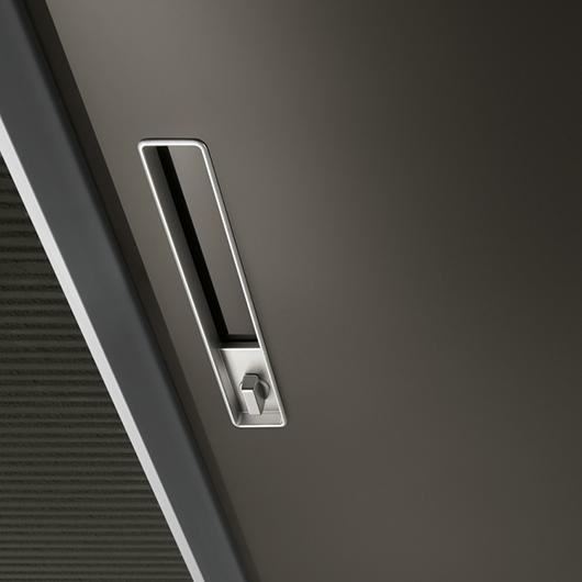 Aura - lackierte Glastür von Rimadesio mit patentiertem Magnet-Verschluss und vertikalem Griff, verschließbar.