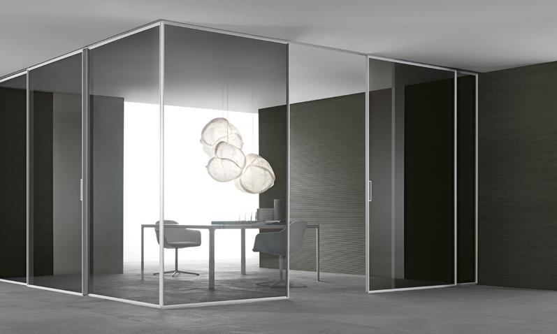 Velaria Glasschiebetüren von Rimadesio aus Klarglas. Maßangefertigte Türpaneele mit Aluminium Profilen für Ihr Büro.