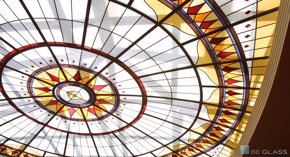 Detailansicht Kunstverglasung für ein Atrium, Lichtdecke Wannsee. Bleiverglasung aus Echtantikglas in verschiedenen Farben, teilweise handbemalt.