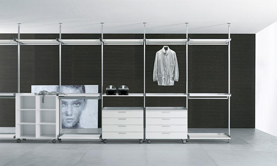 Zenit Kleiderschränke, Ankleidesysteme von Rimadesio. Gestaltungsvorschlag in heller Ausführung für Regalelemente, Kleiderstangen und Schubladen.