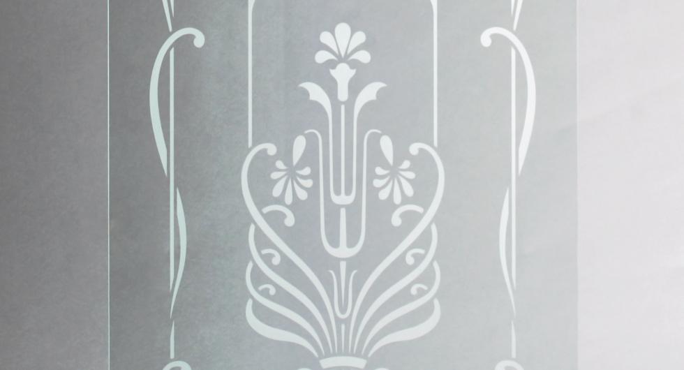 Detailansicht mattiertes Glas mit floralem Motiv für Türen und Fenster, Glasscheibe klar transparent mit fein Sandstrahl-mattiertem Motiv