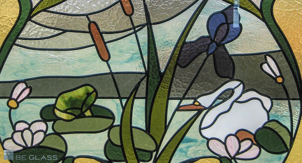 Detailansicht handgefertigte Jugendstil-Bleiverglasung Schwan mit Seenlandschaft und Seerosen