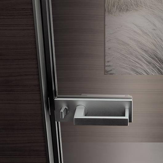 Vela - die exklusive Design-Pendeltür aus Glas von Rimadesio ist mit magnetischem Türschloss lieferbar.