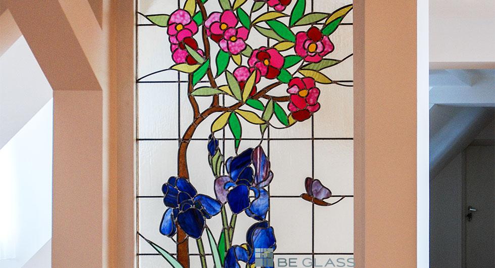 Detailansicht der Bleiverglasung Lilien und Oleander aus Echt-Tischkathedralglas und Colorescentglas