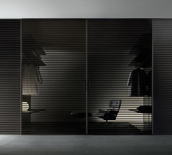 Stripe Glasschiebetüren-System von Rimadesio als Raumteiler mit horizontalen Aluminiumsprossen auf beiden Seiten der Türpaneele.