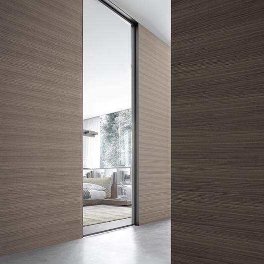 Vela - die exklusive Design-Pendeltür aus Glas von Rimadesio kann in beide Richtungen geöffnet werden.