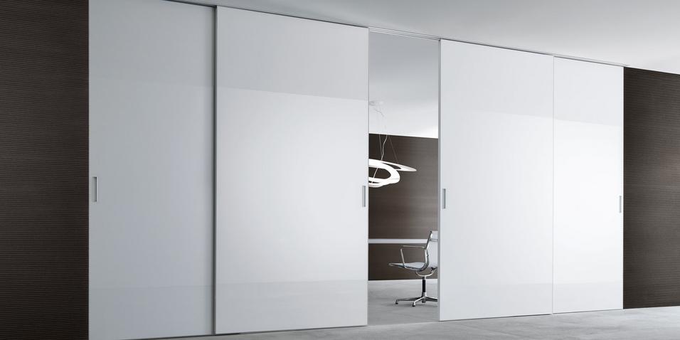 Graphis plus Glasschiebetür-System von Rimadesio aus weiß lackiertem Glas und Aluminium Profilen als Raumteiler, Einbaubeispiel Büro