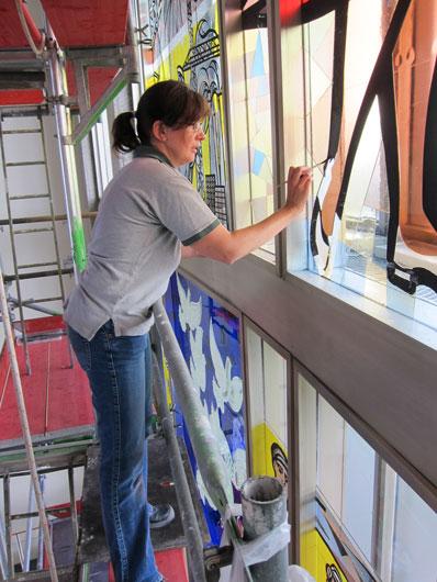 Restaurierung eines Glasfensters nach dem Entwurf von Walter Womacka im ehemaligen Staatsratsgebäude in Berlin. Retusche der Konturen durch Christiane Mergner, Berlin Glas