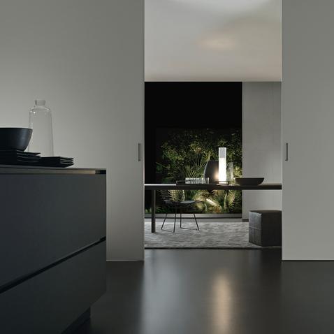 Graphis plus Glasschiebetür-System von Rimadesio aus weiß lackiertem Glas und Aluminium Profilen als Raumteiler.