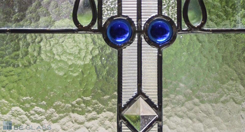 Detailansicht des Fensterbildes Kristall, Bleiverglasung, Tischkathedralglas, Ornamentgläser und Glasprismen