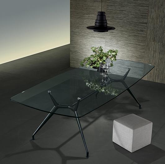 Manta Tisch von Rimadesio. Struktur aus Aluminium mit 4 Beinen, kombiniert mit einer Glasplatte.