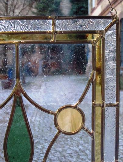 Bleiverglasung Art Floral als Fensterbild, Detailansicht, aus Echtantikglas, Coloreszentglas, Ornamentglas und Glasprismen.