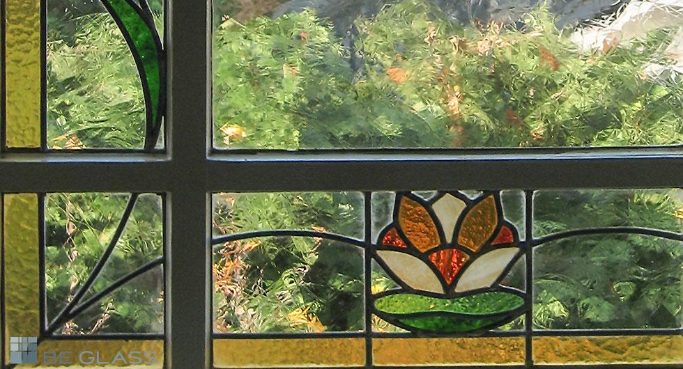 Klassisches Treppenhausfenster mit Bleiverglasung Motiv Seerosen - Detailansicht