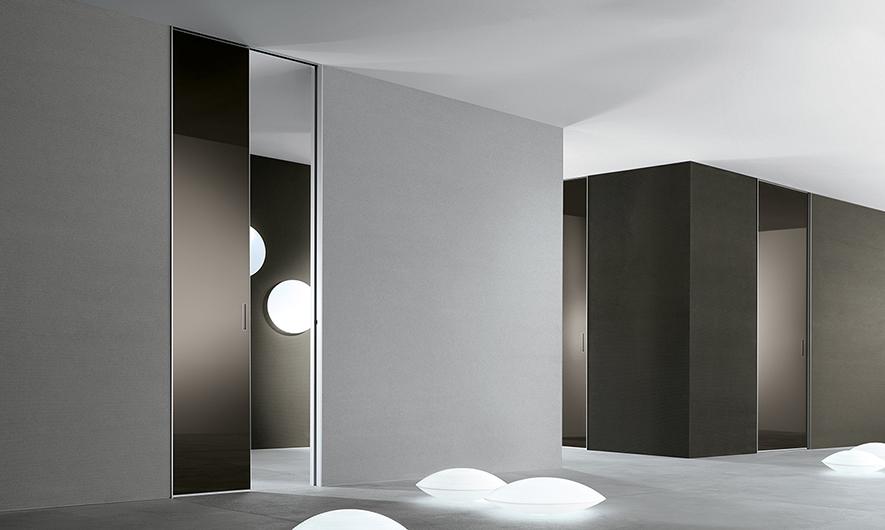 Aura - lackierte Glastüren von Rimadesio. Eine Glasoberfläche, die mit den Wänden verschmilzt, mit einer minimalen Aluminium-Kontur.
