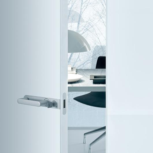 Link+ Glastür von Rimadesio mit magnetischem Schloss, geräuscharm schließend. Ausführung Schloss mit Schlüssel.
