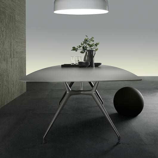 Manta Tisch von Rimadesio. Struktur aus Aluminium mit 4 Beinen, kombiniert mit einer Platte.