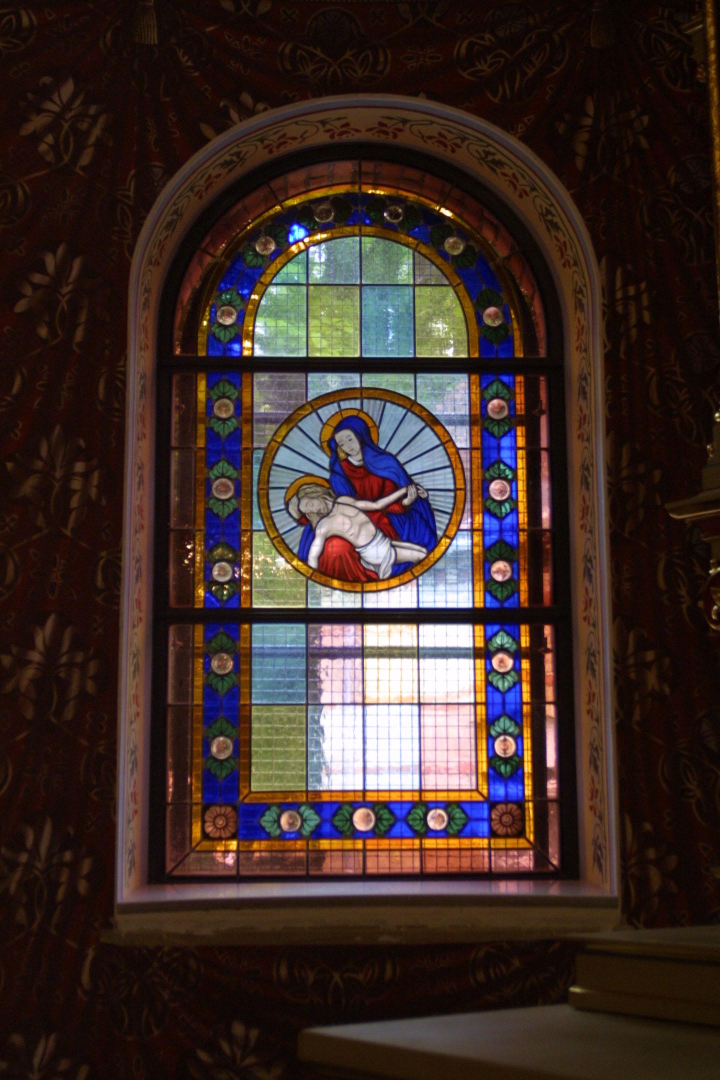 Chorfenster der St. Marien am Behnitz, Bleiverglasung und Glasmalerei Pieta