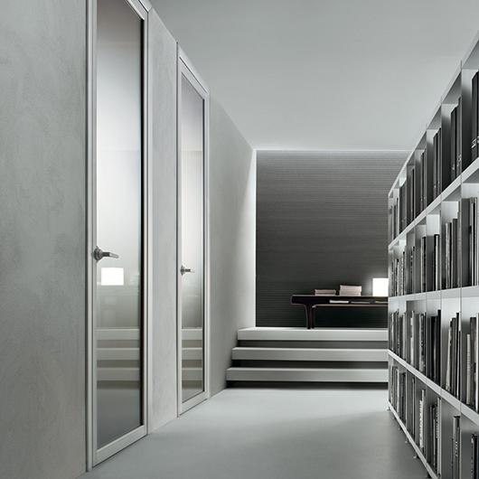 Quadrante, exklusive Design-Drehflügeltür aus Glas von Rimadesio. Design-Drehflügeltür mit patentierten regulierbaren Scharnieren. Mit einem exklusiven Feder-System für sehr kurze Montagezeiten.