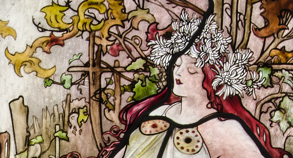 Detailansicht der Glasmalerei mit Jugendstilmotiv nach Alfons Mucha Vier Jahreszeiten, Herbst