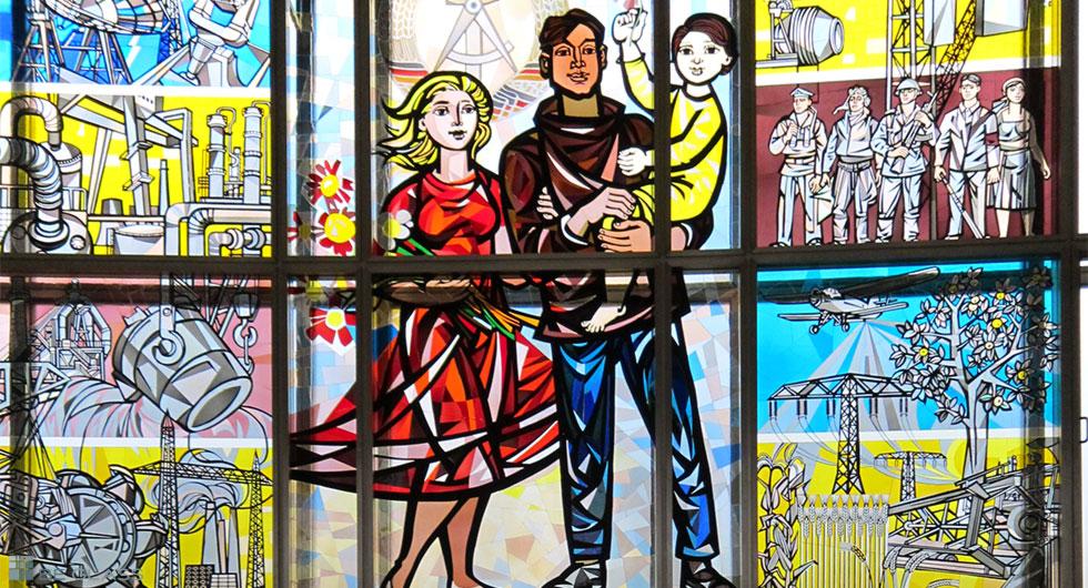 Restaurierung eines Glasfensters nach dem Entwurf von Walter Womacka im ehemaligen Staatsratsgebäude in Berlin.