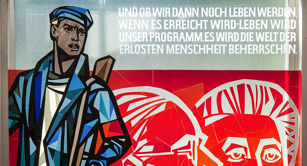 Restaurierung eines Glasfensters nach dem Entwurf von Walter Womacka im ehemaligen Staatsratsgebäude in Berlin, Detailansicht mit einem Bewaffneten und Text