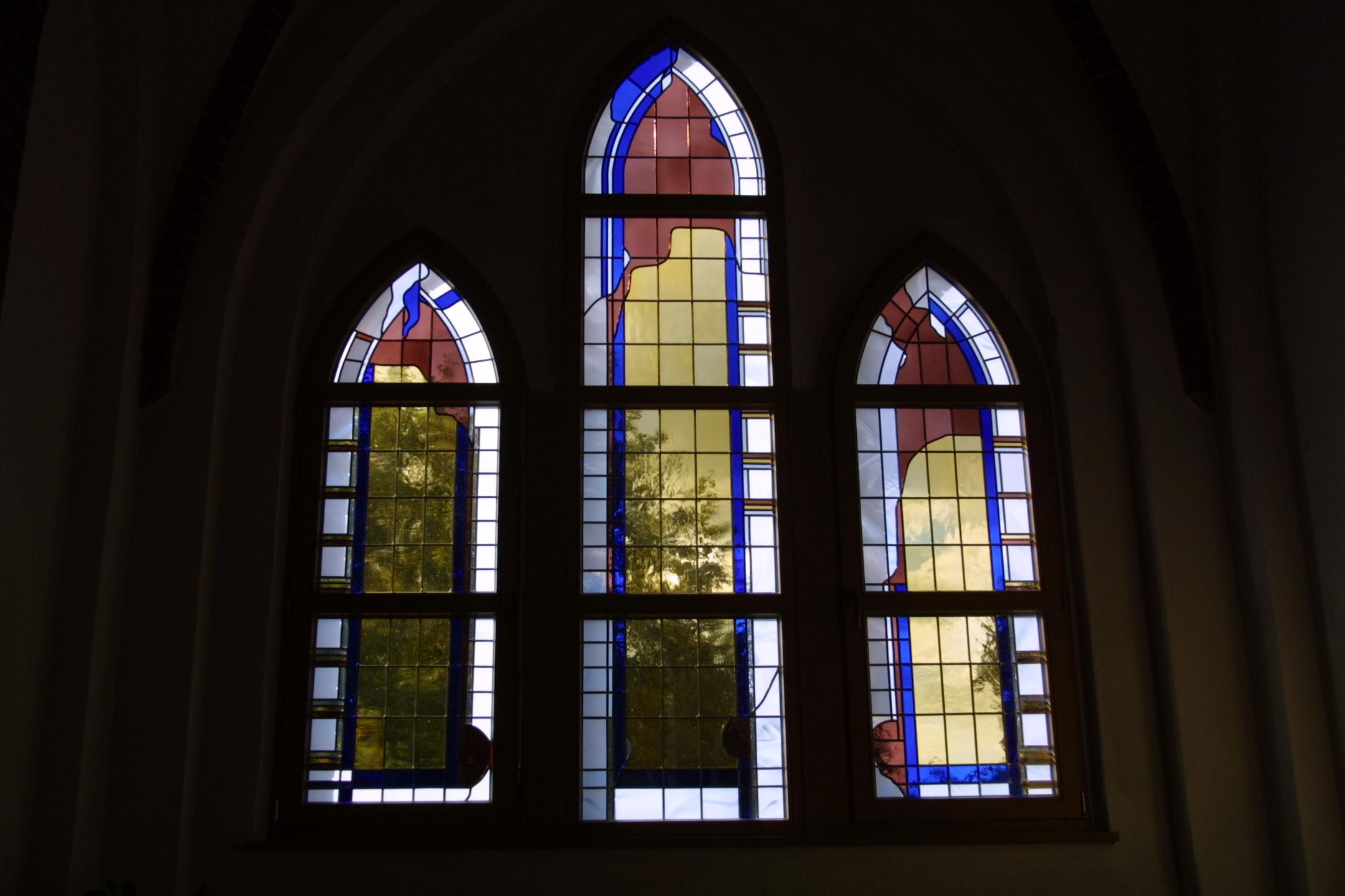 Moderne Bleiverglasung und Glasmalerei der Fenster der Friedhofskapelle Wittenberg - Innenansicht.